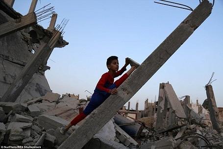 """Cậu bé """"siêu anh hùng"""" Mohammed biến những đống đổ nát trở thành nơi luyện tập lý tưởng cho những động tác uốn dẻo."""