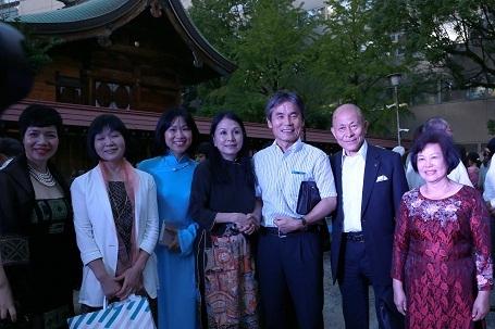 Phó thị trưởng thành phố Fukuoka cùng các khách mời Việt Nhật chúc mừng sự thành công của show diễn.