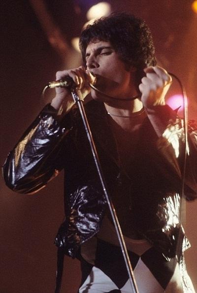 """Nhạc phẩm """"Don't Stop Me Now"""" của ban nhạc Queen được xem là nhạc phẩm số 1 giúp đưa lại cảm giác vui vẻ cho người nghe. Bài hát có nhịp điệu nhanh, phần lời tích cực và những nốt nhạc vui vẻ, giúp tạo cảm giác phấn chấn ngay lập tức. Giọng ca chính của nhóm Queen - Freddie Mercury - xuất hiện trong ảnh."""