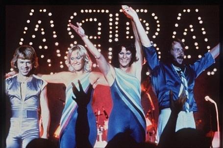 """Nhạc phẩm """"Dancing Queen"""" của ABBA rất phổ biến trong các lễ cưới phương Tây. Giờ đây, có thêm một lý giải cho sự phổ biến của nhạc phẩm này, đó là bởi """"Dancing Queen"""" giúp không khí bữa tiệc thêm vui vẻ, náo nhiệt. """"Dancing Queen"""" đứng ở vị trí thứ 2 trong top 10."""