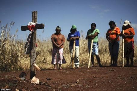 Những phản ứng bạo lực trong cộng đồng người Guarani khi bị lấy mất đất đai dẫn tới những sự ra đi thương tâm.