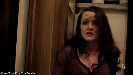 Nhân vật nữ chính hoảng sợ nhìn quanh căn phòng. Hiệu ứng đi kèm là tiếng nhạc càng lúc càng kịch tính.