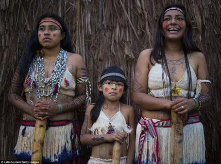 """Giờ đây chỉ còn lại 51.000 người Guarani sống trong rừng già Brazil, nhưng đất sống của họ cũng đang bị thu hẹp vì đời sống hiện đại đã """"chạm tới"""" vùng đất của họ. Nếp sống đã được duy trì hơn 500 năm đang gặp phải vô vàn khó khăn."""