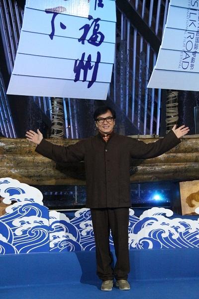 """Thành Long xướng tên 3 bộ phim đoạt giải cao nhất của LHP, trong đó có """"Tôi thấy hoa vàng trên cỏ xanh"""" của đạo diễn Victor Vũ."""