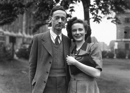 Christopher Robin Milne năm 27 tuổi cùng với vị hôn thê hồi năm 1948.
