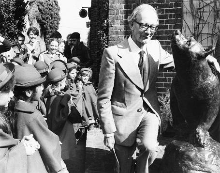 Năm 1981, Christopher Robin Milne 61 tuổi, đến tham dự buổi khánh thành bức tượng gấu Winnie - chú gấu từng sống ở vườn thú London. Gấu Winnie cùng với thiên nga Pooh và gấu bông Edward đã giúp nhà văn AA Milne sáng tạo nên nhân vật gấu Winnie the Pooh.
