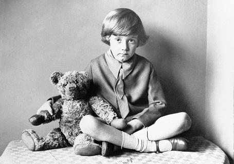 Cậu bé Christopher Robin Milne cùng với người bạn gấu bông thân thiết của mình đã truyền cảm hứng cho nhà văn AA Milne sáng tạo nên nhân vật cậu bé Christopher Robin và chú gấu Winnie the Pooh (Ảnh chụp năm 1925).