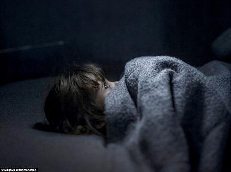 Cô bé Fara 2 tuổi đang nằm trong một căn lều tạm bợ ở Azraq (Jordan).