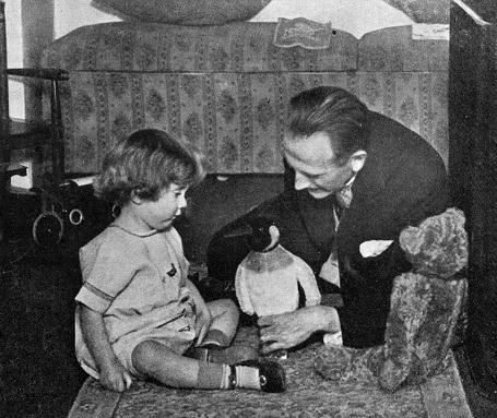 Nhà văn AA Milne đang chơi với con trai - cậu bé Christopher Robin. Cậu bé có khá nhiều thú bông và chính những thú bông này đã gợi cảm hứng để nhà văn sáng tạo nên loạt truyện nổi tiếng dành cho thiếu nhi (Ảnh chụp năm 1924).
