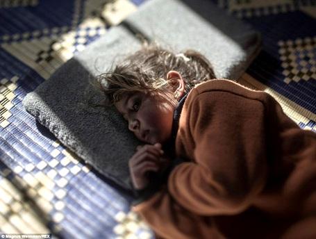 Cô bé Tamam 5 tuổi vẫn thường nhớ lại những cuộc không kích xảy ra ở quê nhà - thành phố Homs (Syria). Những điều này gây ám ảnh giấc ngủ của Tamam. Dù đã được tị nạn ở Azraq (Jordan) 2 năm nhưng Tamam vẫn không thể quên đi nỗi sợ đã từng cùng em chìm vào giấc ngủ khi còn ở Syria.