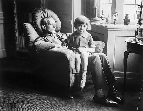 Cậu bé Christopher Robin 5 tuổi đang ngồi trong lòng cha - nhà văn AA Milne. Chứng kiến tuổi thơ của con đã khiến AA Milne sáng tạo nên những câu chuyện nổi tiếng dành cho thiếu nhi.