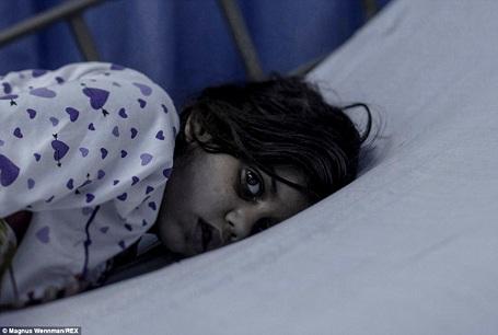 Cô bé Maram 8 tuổi hiện đang tị nạn ở Amman (Jordan). Khi còn ở Syria, một ngày, khi Maram vừa quay trở về nhà từ trường học thì một quả tên lửa rơi trúng ngôi nhà của cô bé, sức nén khiến cô bé bị bật ra xa và gây xuất huyết não. Maram từng bị hôn mê 11 ngày. Giờ đây, khi đã tỉnh táo trở lại, cô bé phải chịu những chấn thương vĩnh viễn ở hàm và rất khó nói chuyện.