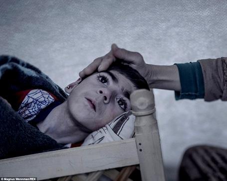 Cô bé Shiraz 9 tuổi bị bại liệt. Giờ đây, Shiraz đang sống trong trại tị nạn ở Suruc (Thổ Nhĩ Kỳ), cha mẹ của cô không thể nào chi trả để mua thuốc cho con được nữa.