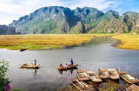 Việt Nam: Muốn tìm kiếm một chuyến đi mới lạ? Hãy tới Việt Nam! Chưa bao giờ việc tới Việt Nam du lịch lại trở nên thuận lợi như thời điểm hiện tại. Việt Nam là một đất nước đang phát triển nhanh chóng, đến Việt Nam vào tháng 9 - 10 - 11, cuộc sống của người dân như chậm lại đôi chút. Thời tiết trở nên dễ chịu hơn từ Bắc chí Nam. Có rất nhiều nơi để chiêm ngưỡng và nhiều điều để trải nghiệm ở Việt Nam, điều chắc chắn là bạn không nên bỏ qua Hà Nội, thành phố Hồ Chí Minh và vịnh Hạ Long.