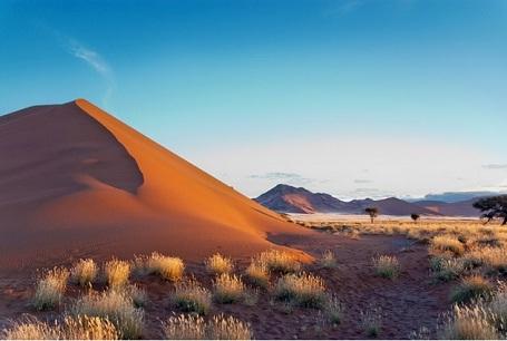 """Namibia: Vẻ đẹp của thiên nhiên hùng vĩ nơi lục địa đen hẳn quyến rũ rất nhiều du khách, trong đó, khí hậu khô của Namibia khiến những chuyến hành trình """"safari"""" trở nên lý tưởng hơn. Đặc biệt từ tháng 9 đến tháng 10, thời tiết ấm áp, rất phù hợp để du khách có nhiều hoạt động thú vị. Những chuyến đi vào sa mạc sẽ đưa lại trải nghiệm kỳ thú khi du khách được ngắm bầu trời sao trong vắt, lung linh về đêm."""