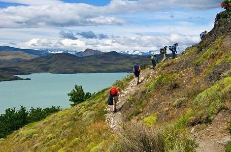"""Patagonia, Chile: Muốn thưởng ngoạn phong cảnh mùa thu, du khách nên tìm tới vùng Patagonia của Chile, nơi có những hồ nước màu xanh ngọc, những đỉnh núi lửa phủ tuyết, và là nơi thiên nhiên hoang dã vẫn còn giữ được vẻ đẹp nguyên sơ. Những người yêu thích leo núi thường tìm đến đây vào mùa thu, khi thời tiết dễ chịu còn cảnh vật thì """"đẹp mê hồn""""."""