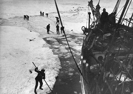 Đoàn thám hiểm cố gắng dọn băng để tạo đường đi cho tàu Endurance.