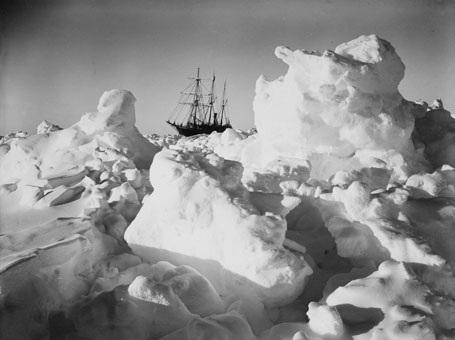 Tàu Endurance càng lúc càng mắc kẹt sâu hơn trong băng tuyết.