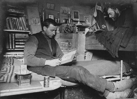 Nhà sinh vật học Robert Clark và nhà địa chất học James Wordie đọc sách trong cabin.
