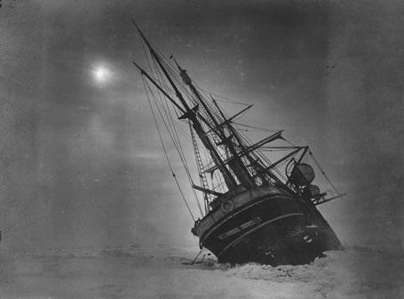 Con tàu càng lúc càng bị băng lật nghiêng, không gì cứu vãn nổi.