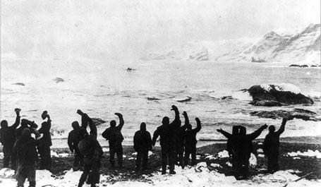Những thành viên ở lại vẫy tay chào đội tiền tiêu khi họ khởi hành đi đến đảo South Georgia.