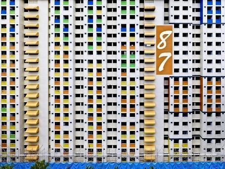Những tòa chung cư giá rẻ này nằm san sát cạnh nhau và phản ánh lối sống công nghiệp, hiện đại. Những con số được sơn trên tòa nhà để người ta có thể dễ dàng tìm ra tòa nhà mình cần tới giữa một khu vực có rất nhiều tòa chung cư khổng lồ.