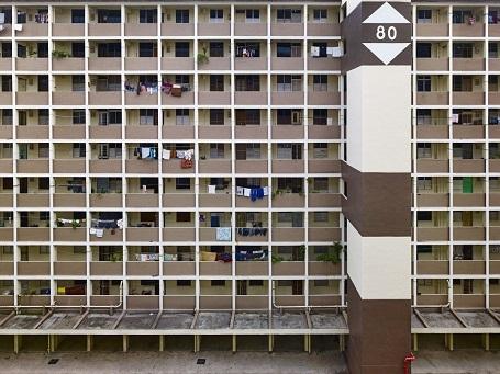 """Bên cạnh những tòa nhà rực rỡ theo phong cách """"colour block"""", cũng có những tòa nhà mang sắc trầm như thế này."""