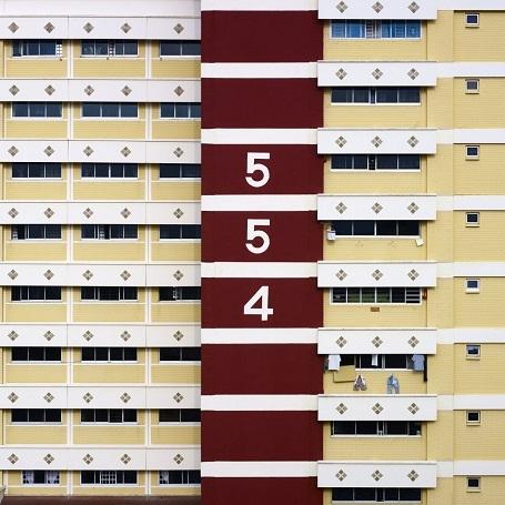 Steinhauer thường lái xe đi tìm những tòa chung cư ấn tượng và có những khi dành ra tới vài tiếng đồng hồ để tìm một góc chụp ưng ý.