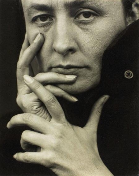 Georgia O'Keeffe - nàng thơ của nhiếp ảnh gia Mỹ Alfred Stieglitz: Chuyện tình của nữ họa sĩ O'Keeffe và nhiếp ảnh gia Stieglitz rất nổi tiếng trong giới nghệ thuật. Trong 31 năm gắn bó, từ 1915 đến 1946, cặp đôi đã viết cho nhau hơn 25.000 lá thư tình. Khi bắt đầu yêu, Stieglitz đã 52 còn O'Keeffe mới 28. Thuở đó, Stieglitz đã là một nhiếp ảnh gia có tiếng, ông thường trưng bày những bức tranh của O'Keeffe trong triển lãm ảnh của mình, để O'Keeffe đến gần hơn với công chúng và giới phê bình. Stieglitz say mê chụp hình O'Keeffe và có tới hàng trăm bức ảnh chân dung về O'Keeffe. Stieglitz được xem là người góp công lớn trong việc đưa nhiếp ảnh trở thành một bộ môn nghệ thuật.