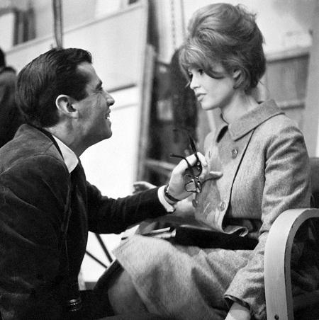 """Brigitte Bardot - nàng thơ của nhà biên kịch Pháp Roger Vadim: Brigitte Bardot là một trong những """"biểu tượng sex"""" quyến rũ nhất trong lịch sử điện ảnh. Năm 1950, khi người đẹp mới 15 tuổi, nàng đã bắt đầu hẹn hò với Roger Vadim, một biên kịch trẻ 22 tuổi. Cặp đôi kết hôn năm 1952 và cùng lên kế hoạch đưa Brigitte trở thành một ngôi sao điện ảnh. Về sau, cả hai đều trở nên nổi tiếng. Brigitte đã truyền cảm hứng cho nhiều phim điện ảnh của Vadim, trong đó có phim """"Và Chúa đã tạo ra phụ nữ"""" (1956). Đây cũng chính là bộ phim đưa Brigitte lên hàng sao điện ảnh quốc tế. Về sau, cặp đôi chia tay, nhưng Vadim vẫn luôn coi Brigitte là nàng thơ suốt cuộc đời mình."""