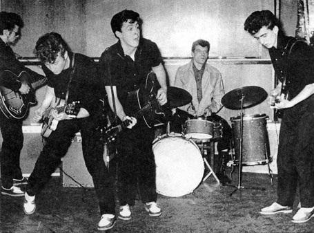 """Ban nhạc """"Silver Beatles"""" với các thành viên Stuart Sutcliffe, John Lennon, Paul McCartney, tay trống Johnny Hutch (tạm thay thế thành viên Pete Best) và George Harrison. Họ cùng nhau biểu diễn ở Liverpool hồi năm 1960."""