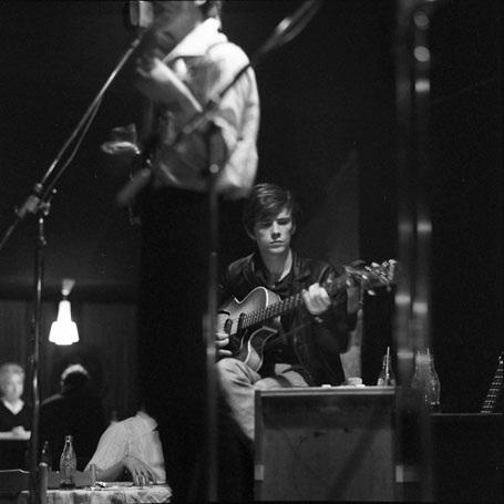 Ảnh chụp năm 1961 ghi lại hình ảnh Sutcliffe chơi ghita bass với The Beatles tại một câu lạc bộ ở Hamburg, Đức.