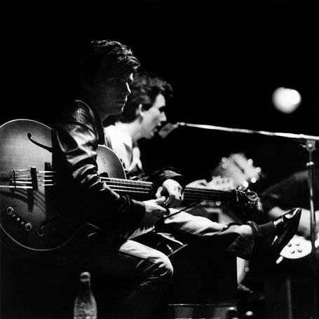 Sutcliffe trên sân khấu cùng với The Beatles ở một hộp đêm tại Hamburg, Đức.