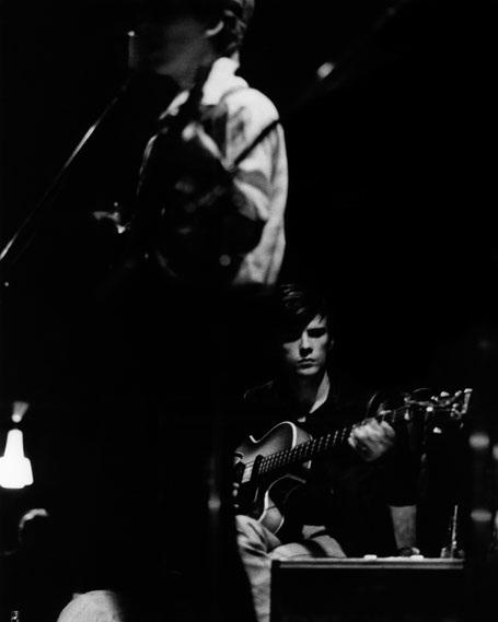 Sutcliffe biểu diễn phía sau George Harrison. Ảnh chụp năm 1961.