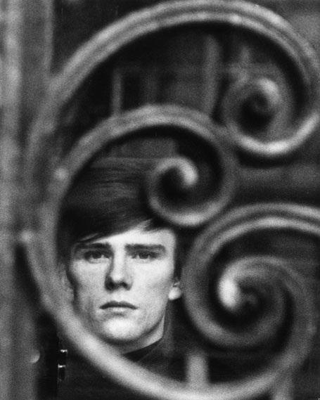 """Đối với fan hâm mộ The Beatles, ngoài """"tứ quái"""" John Lennon, Paul McCartney, George Harrison và Ringo Starr - những con người làm nên danh tiếng của ban nhạc nổi tiếng nhất trong kỷ nguyên rock, thì Stuart Sutcliffe luôn được nhớ đến như một """"thành viên thứ 5"""" của The Beatles, người đã gắn bó với ban nhạc trong những ngày đầu khó khăn và phải chịu một cuộc đời ngắn ngủi, để lại nhiều nuối tiếc."""