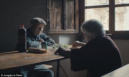 Cụ ông Juan Martin Colomer và vợ - cụ bà Sinforosa ngồi bên nhau lặng lẽ ăn bữa trưa. Cuộc sống của họ tịch mịch một cách khác thường từ suốt 45 năm qua.