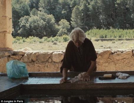 Điều khó tin là họ đã sống mà không cần có điện, không cần TV, tủ lạnh, máy giặt… Tất cả mọi việc đều được hai cụ tự thực hiện bằng tay. Trong ảnh, bà cụ Sinforosa đang giặt tay.