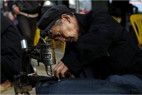 Ông cụ thợ may (ảnh chụp ở Hà Giang) - Chuong Nguyen Viet
