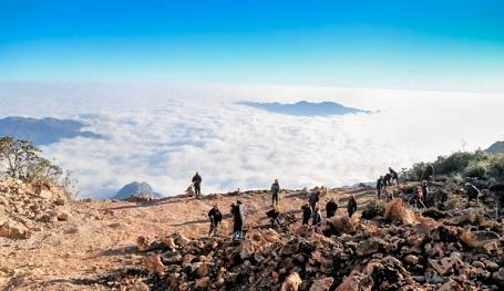 Những công nhân làm việc trên đỉnh Phan Xi Păng - Thong Ho