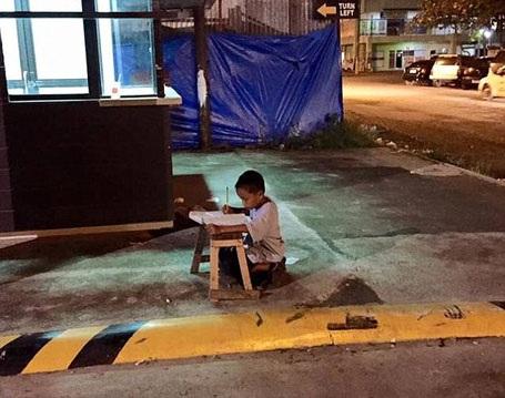 Cậu bé Daniel Cabrera 9 tuổi, sinh sống ở thành phố Mandaue, Philippines.
