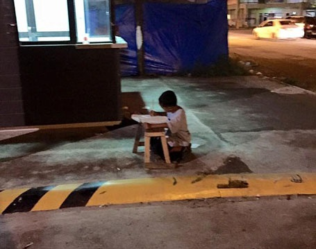 Daniel sống với mẹ và hai em trong một quầy hàng di động bán đồ ăn dạo.