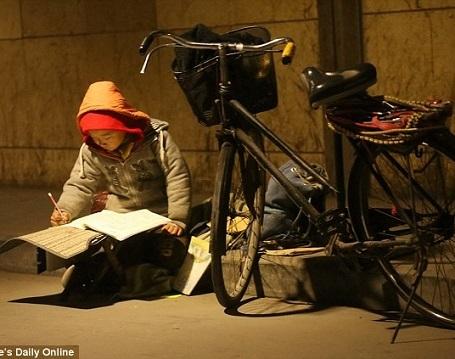 Cậu bé 7 tuổi Lý Y Hàng đang tập trung làm bài tập dưới ánh đèn đường. Đã quen với hoàn cảnh của mình nên mỗi khi giở sách vở ra là cậu như chìm vào một thế giới khác.