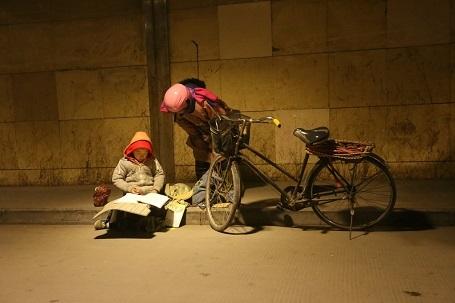 Có những người đi ngang qua không khỏi xúc động trước hình ảnh cậu bé nghèo chăm học đã dừng lại hỏi chuyện. Mới đây, hình ảnh về Lý Y Hàng đã được lan truyền trên mạng xã hội Trung Quốc và được xuất hiện cả trên mặt báo chính thống.