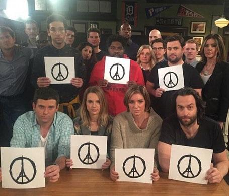 """Hình vẽ này đã được chia sẻ rộng rãi trên mạng xã hội như một biểu tượng thay cho tất cả những lời muốn nói. Dàn diễn viên của loạt phim truyền hình hài kịch Mỹ """"Undateable"""" đã hoãn lịch lên sóng của họ và đăng tải bức hình này lên mạng xã hội: """"Vì sự tôn trọng đối với các nạn nhân ở Paris, chúng tôi sẽ không lên sóng tối nay""""."""