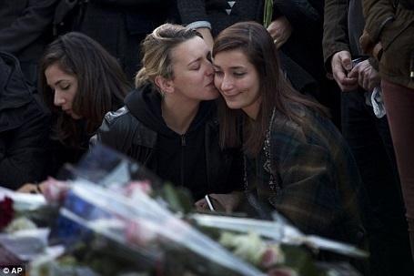 Hai phụ nữ đang an ủi nhau khi cầu nguyện cho các nạn nhân sau loạt vụ tấn công khủng bố ở Paris.