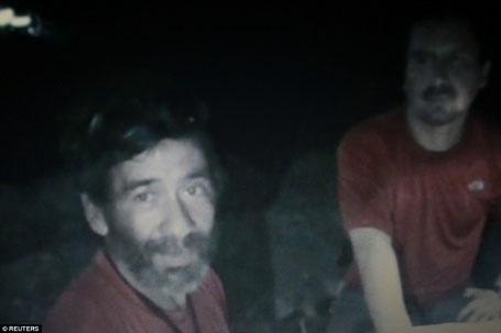 Barrios (trái) và một đồng nghiệp ở thời điểm 27 ngày sau khi bị mắc kẹt dưới lòng đất. 33 người đàn ông luân phiên dọn dẹp những đất đá chắn lối ra, còn ông Barrios là người chịu trách nhiệm chăm sóc sức khỏe cho cả nhóm.