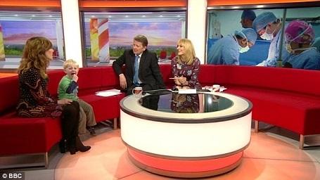 Hai người dẫn chương trình Louise Minchin và Bill Turnbull đã cố gắng tiếp tục thực hiện cuộc phỏng vấn bất kể cậu bé nghịch ngợm quậy phá trong trường quay.