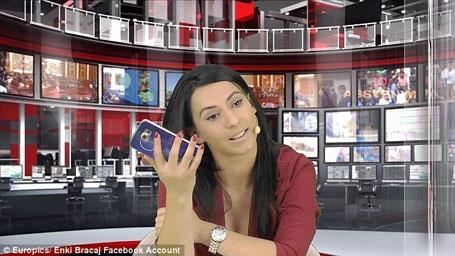 """Cô Bracaj trước khi bị sa thải khỏi vị trí biên tập viên truyền hình. Dù bị đuổi việc nhưng cô Bracaj không lấy đó làm phiền lòng, cô cho biết bản thân đã nhận được rất nhiều lời mời hợp tác kể từ khi hình ảnh của cô """"gây sốt"""" trong công chúng Albania."""