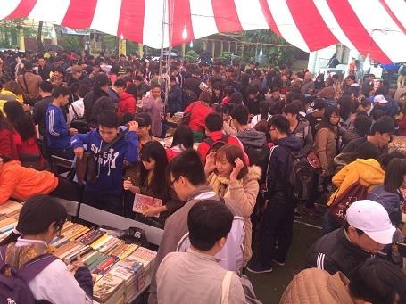 Chợ phiên sách cũ thu hút đông đảo người tham dự