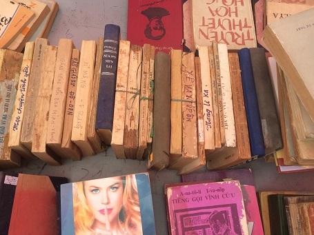 Người Hà Nội kéo nhau đi chợ phiên sách cũ dù trời mưa rét - 3
